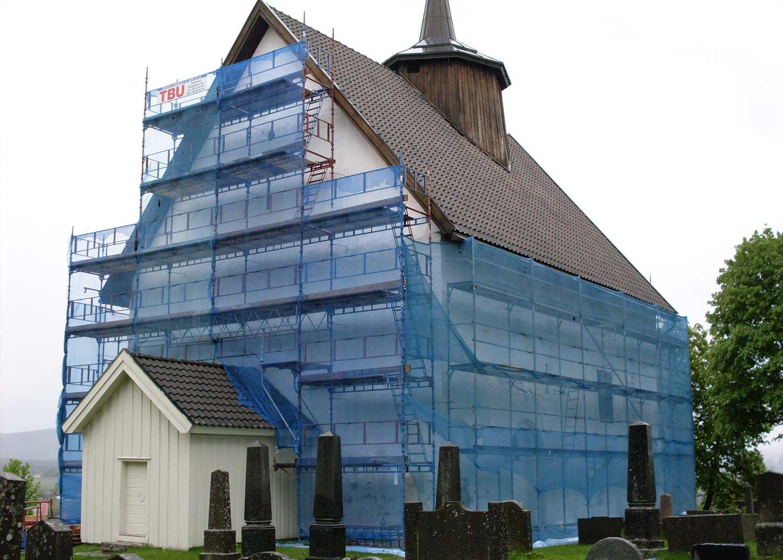 Haki stillas med nett rundt kirke i Bø